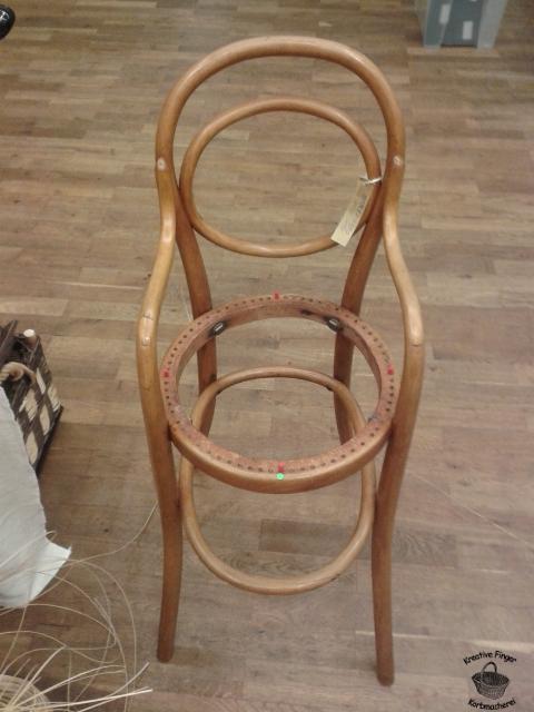 An diesem Kinderhochstuhl von Thonet zeige ich die Entstehung eines Sitzgeflechts