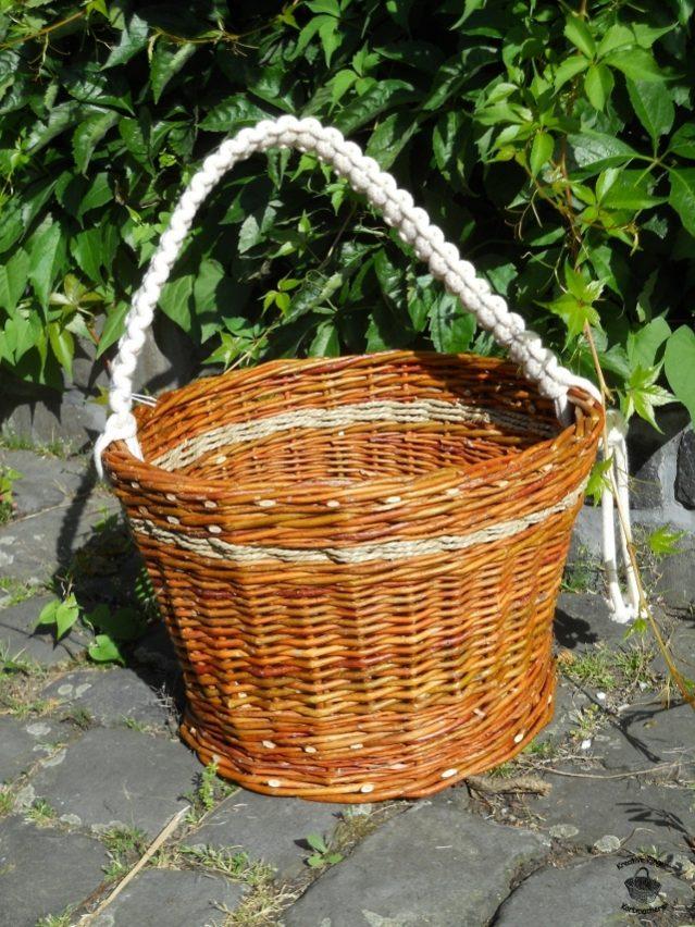 Henkelkorb aus ungeschälten Weiden und Seegrasschnur mit geflochtenem Baumwollhenkel