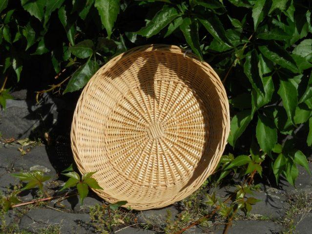 Flache Schale aus Peddigrohr