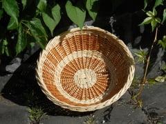 Schale aus Peddigrohr und Weidenschienen